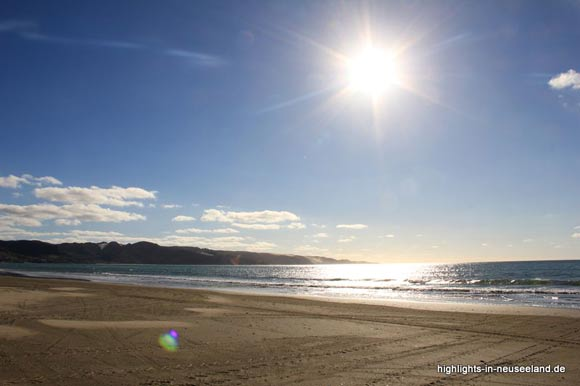 Ninety Mile Beach mit Reifenspuren