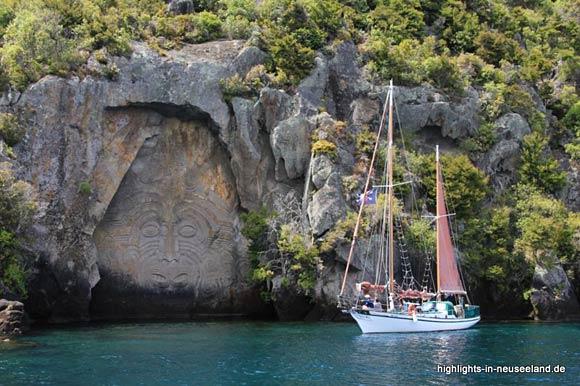Maori-Bildhauerei im Fels am Tauposee